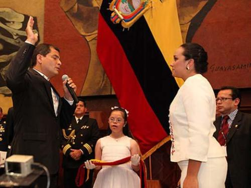 María José, entrega banda Presidencial a Rafael Correo en su 3er mando en el Ecuador